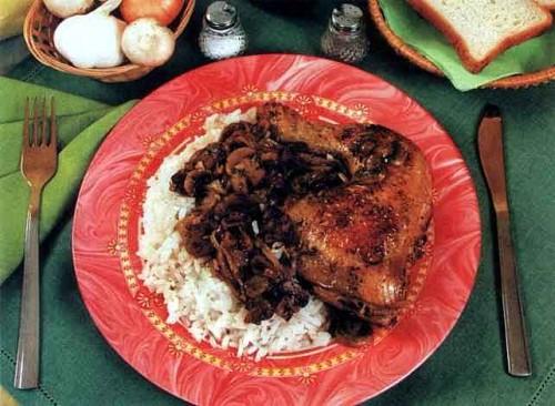"""Рецепт """"Цыпленок в белом вине с грибами и рисом"""""""