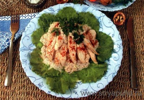Ломтики курицы в ореховом соусе